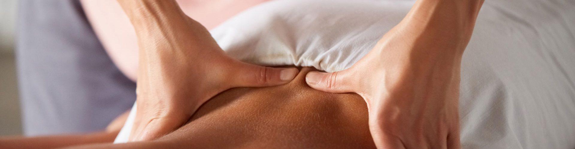 masseuse-doing-massage-for-male-client-K8NDMZ2-1.jpg